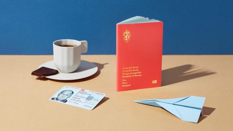 Essa história do passaporte ilustrado da Noruega já apareceu aqui no blog anteriormente, em meados de 2019, quando esse projeto foi premiado seguidas vezes e se tornou um dos materiais mais relevantes no mundo impresso. Visualmente falando o material continua seguindo o mesmo conceito baseado na natureza e como que ela é intrinsecamente conectado a cultura norueguesa. Dessa forma, cada página do passaporte foi ilustrada com uma paisagem diferente.
