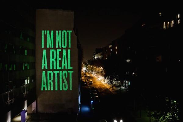 I'm not a real artist brilha na noite parisiense