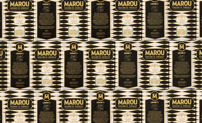 Michel Roux é o chef da Michelin com estrelas há mais tempo. Ele é o responsável pelo La Maison 1888 em DaNang, no Vietnã e ele queria celebrar sua carreira com um produto um pouco diferente. Foi assim que surgiu o Marou Chocolate. O design da embalagem ficou nas mãos do pessoal da Rice Creative e foi feita usando as técnicas de screen printing e uma cor que lembra muito o ouro.