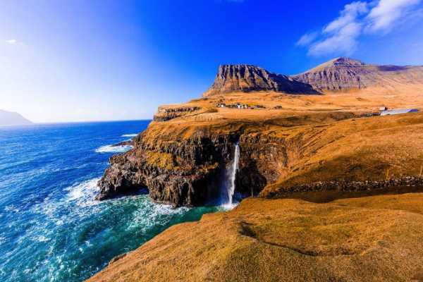 Gasadalur nas Ilhas Faroe por Marcela Faé