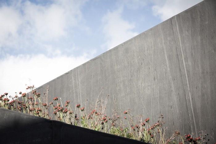 O escritório de arquitetura belga OYO, baseado na cidade de Ghent, recebeu uma carta branca que acabou gerando uma residência ambientalmente amigável, sustentável e todas essas coisas. Essa casa recebeu o nome de House Pibo e você pode ver todos os detalhes dela logo abaixo.
