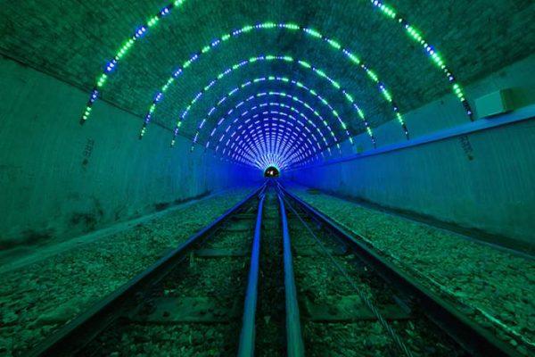 Um Túnel Iluminado por Angus Muir na Nova Zelândia
