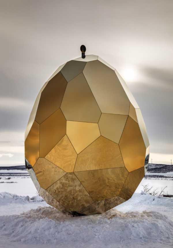 Solar Egg é uma sauna feita de espelhos dourados na Suécia criação de Bigert & Bergström