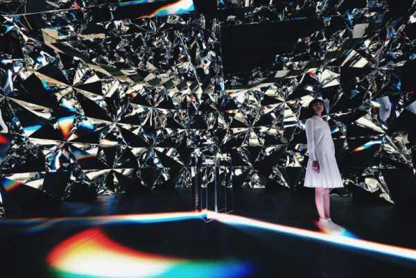 Prismverse é uma Instalação Imersiva criada por Chris Cheung que simula como seria estar dentro de um Diamante