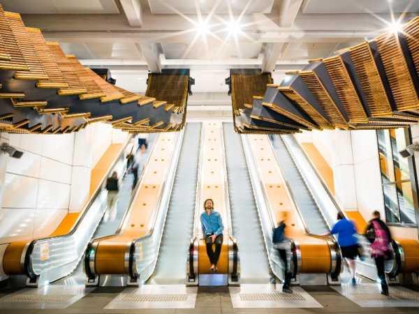 Interloop de Chris Fox é uma obra de arte feita de restos de uma escada rolante na Austrália