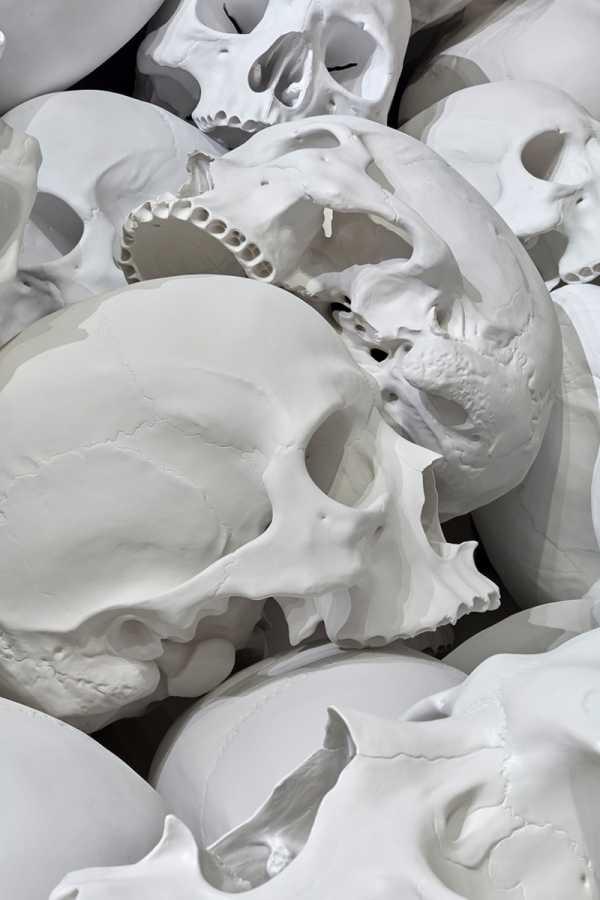 Os Crânios Gigantes que Ron Mueck deixou pela Trienal da Galeria Nacional de Victoria, na Austrália
