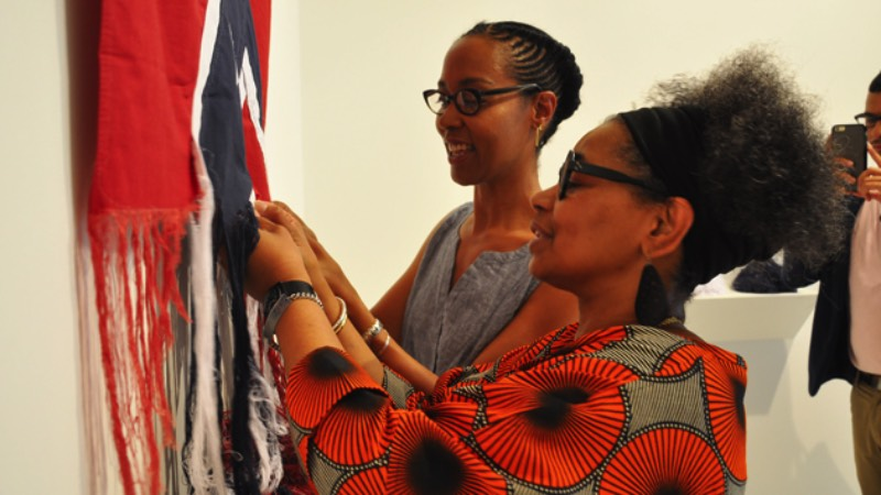 Com tudo que anda acontecendo pelos Estados Unidos nos últimos anos, a bandeira Confederada acabou se tornando ainda mais simbólica. Por isso mesmo que resolvi escrever sobre o trabalho que a artista americana Sonya Clark cria utilizando dessa bandeira e tudo que ela representa.