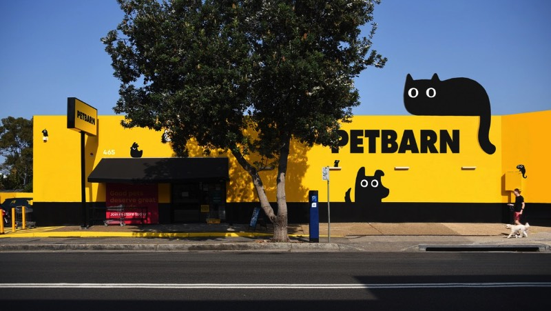 A Petbarn existe na Austrália desde o final dos anos setenta e se tornou um dos líderes de venda no mercado de animais de estimação por lá. São mais de 140 lojas pelo país que oeferecem brinquedos, comida, suplementos, acessórios e tudo mais que você possa precisar para seu gato, cachorro, pássaro, réptil ou sei lá o que você pode ter.