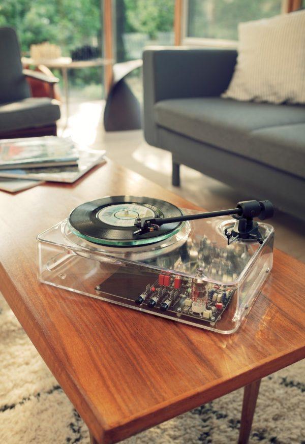 Um Toca Discos Transparente com o design inspirado por Dieter Rams