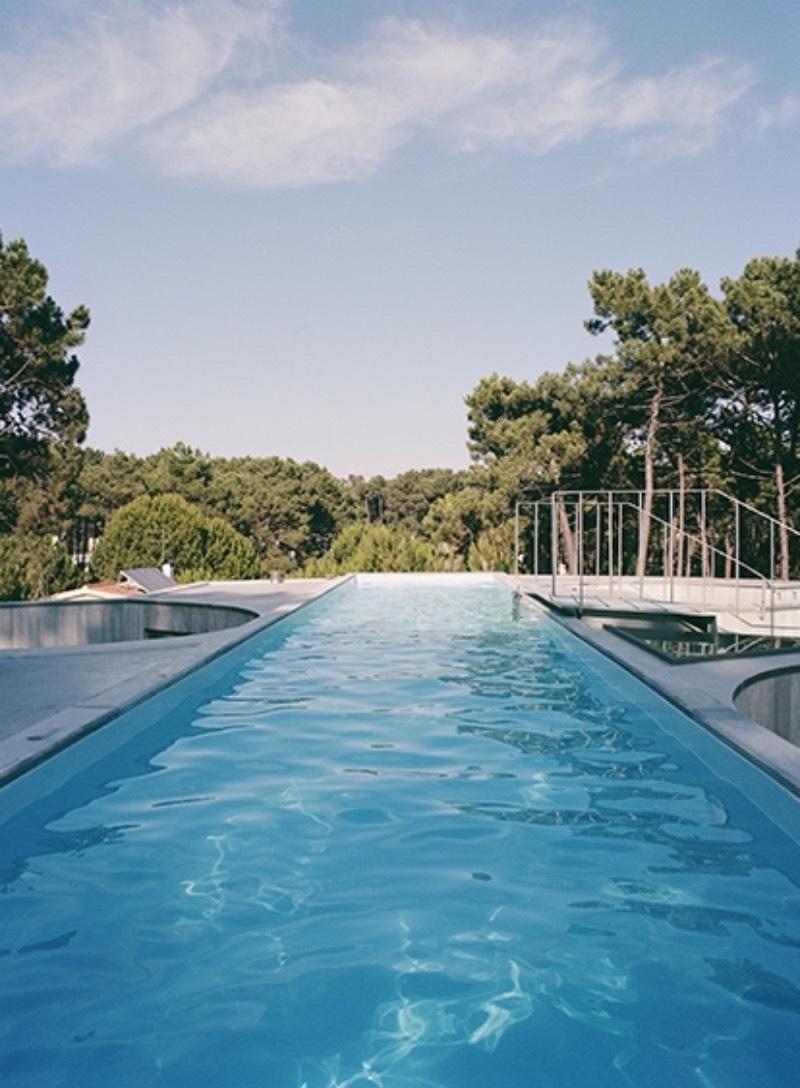 A Casa Trevo é o mais novo trabalho do pessoal do Double O Studio. A construção é feita de uma série de formas de concreto e é coroada no seu último andar com uma piscina. Localizada na região de Aroeira, em Portugal, a Casa Trevo foi construída em um terreno arenoso, cercado de pinheiros e de frente para o Oceano Atlântico. E recebeu o nome devido a sua forma geométrica inusitada.