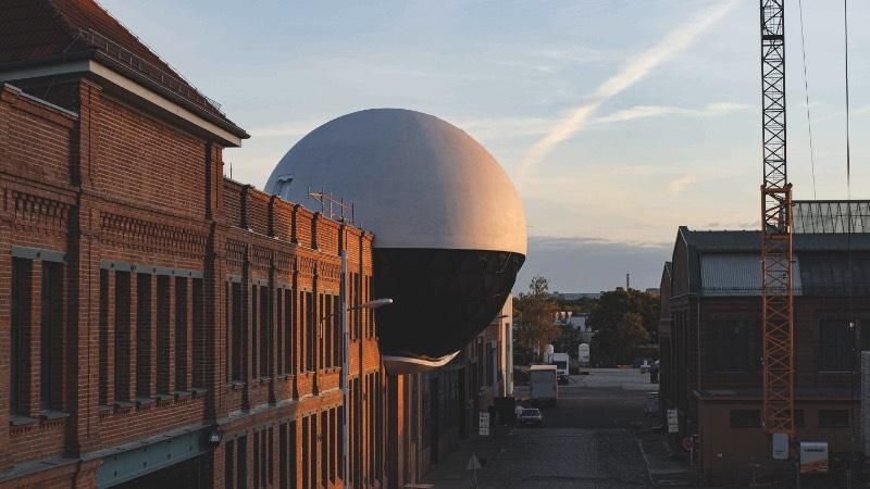Um dos últimos projetos do mais famoso arquiteto brasileiro foi concluído no em julho de 2020 em Leipzig, na Alemanha. O projeto recebeu o nome de a esfera de Niemeyer devido a seu formato e pelo seu criador, Oscar Niemeyer, e pode ser encontrado dentro de um complexo de tecnologia e indústria no distrito de Plagwitz. Lá você vai se deparar com uma esfera tomando conta de uma das quinas de uma fábrica do século XIX chamada Kirow.