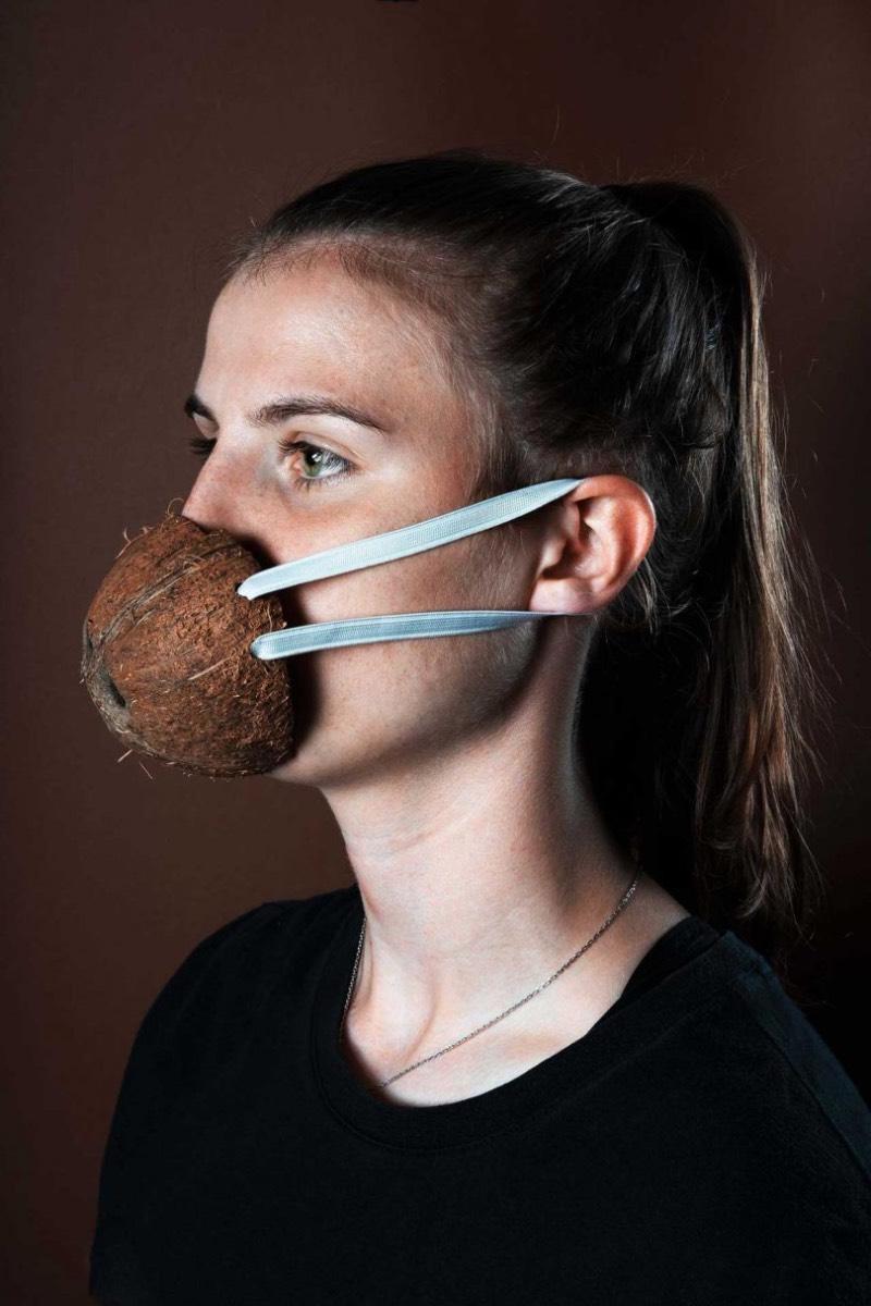 A ideia por trás das fotos de máscaras alimentares contra o Coronavírus surgiu como um desafio. O pessoal do Hej Studio queria explorar a estética de máscaras faciais que sejam mais naturais e agradáveis aquelas que associamos a ambientes mais estéreis como hospitais.