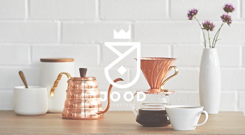 Jood é uma palavra árabe que pode ser traduzida como melhor em Português. Além disso, Jood é o nome de uma marca de café na cidade de Dharan na Arábia Saudita e a designer Kinda Ghannoum criou a identidade visual para essa marca de um jeito que precisei escrever um pouco sobre a mesma por aqui.