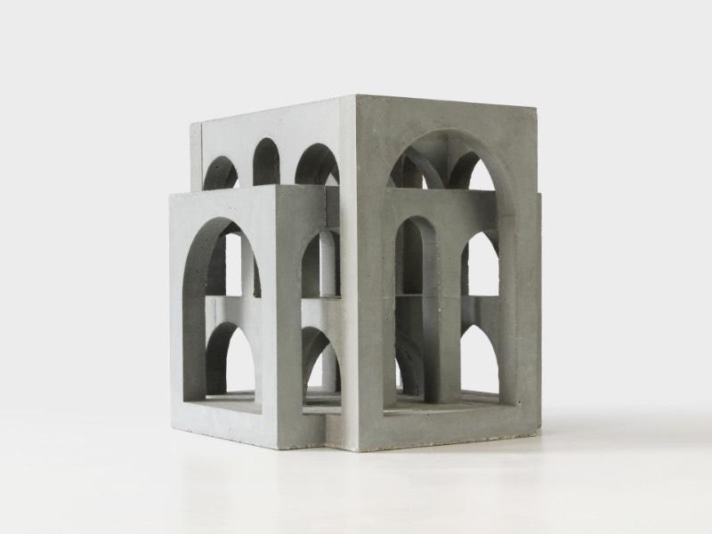 Os trabalhos de concreto de David Umemoto vivem na junção entre arquitetura e escultura. Essas peças me lembram construções brutalistas e monumentos situados em terras distantes. As imagens que surgem na minha cabeça são muitas, por isso mesmo que resolvi escrever um pouco sobre esse portfólio.