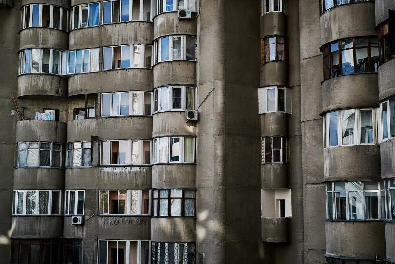 Aul Residential Complex é um edifício residencial em Almaty, no Cazaquistão. Suas formas inusitadas capturaram minha atenção quando me deparei com as fotografias que Alex Schoelcher publicou em seu Instagram há alguns meses e eu fui obrigado a pesquisar mais sobre o assunto até chegar nesse momento agora.